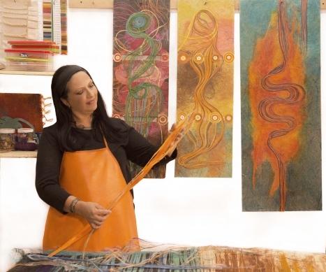 La artista Piedad Camacho en el taller; AposFique Fibras Ancestrales